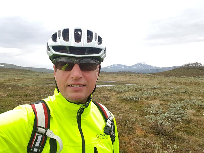Peter Wallin cyklar i svenska fjällen