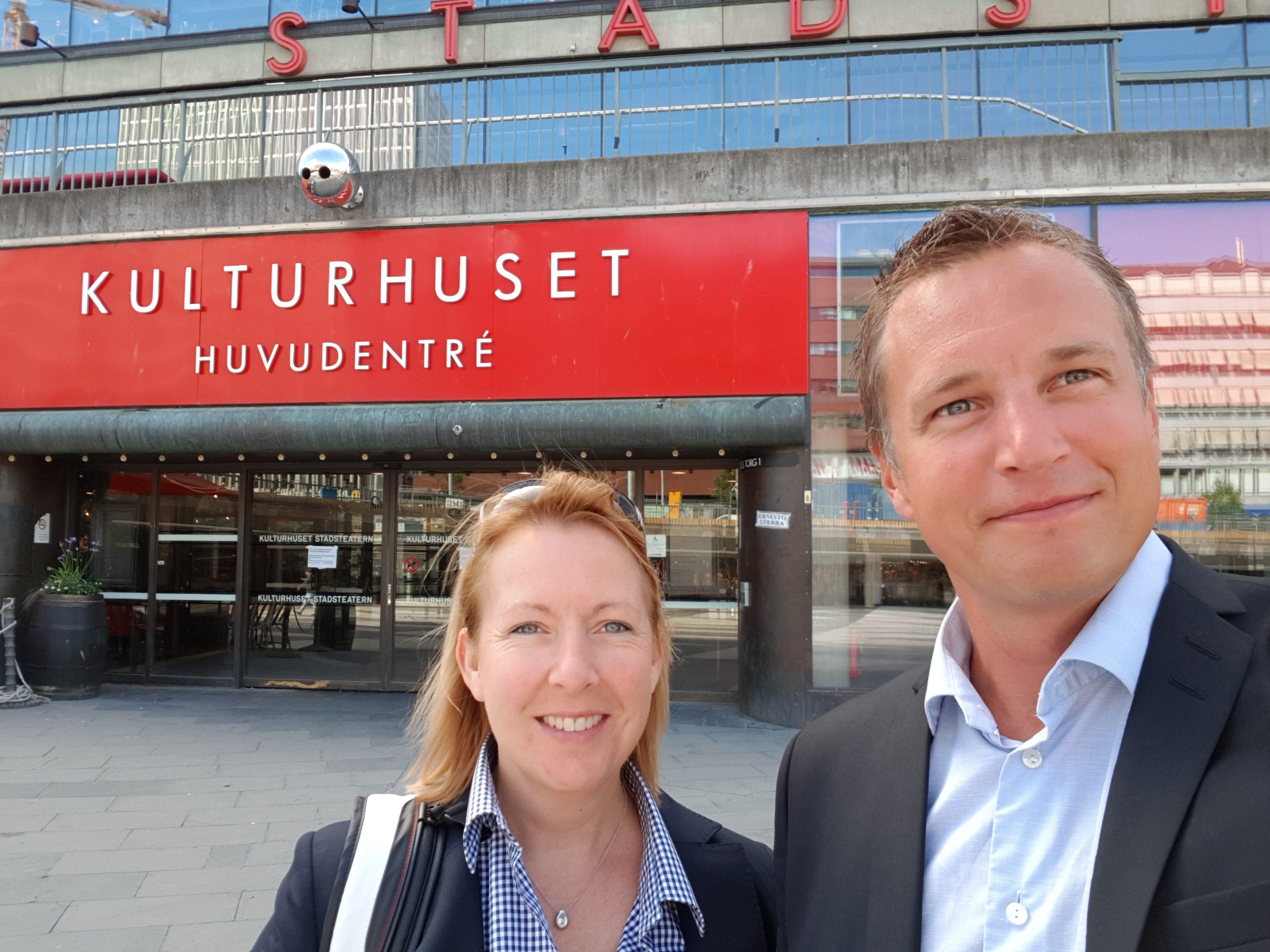 Malin Rosqvist & Peter Wallin utanför Kulturhuset i Stockholm