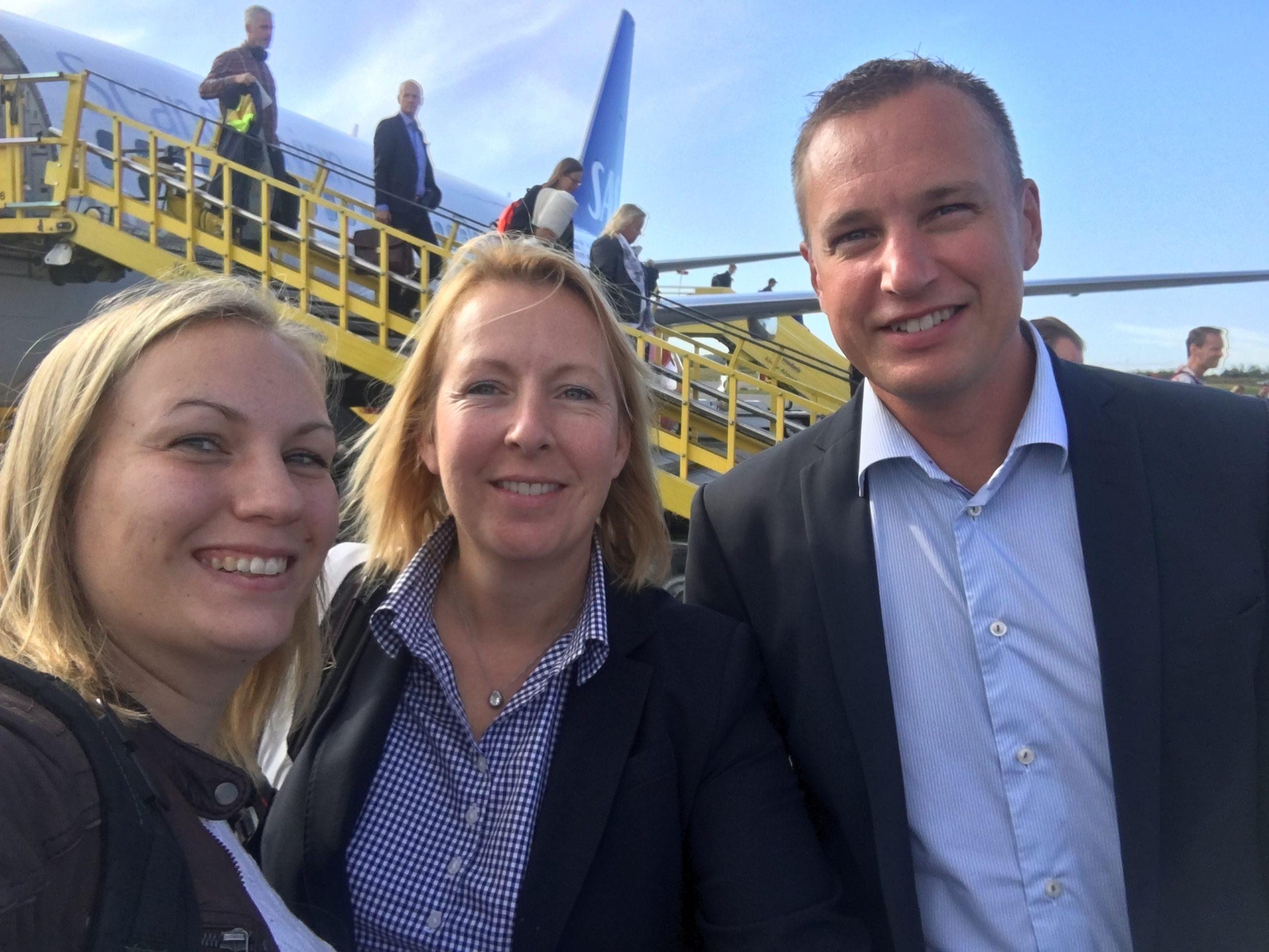 Linnéa Svenman Wiker, Malin Rosqvist och Peter Wallin kliver av planet på Kiruna Airport.