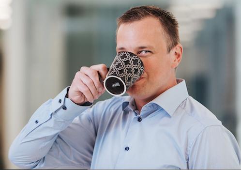Peter Wallin dricker kaffe