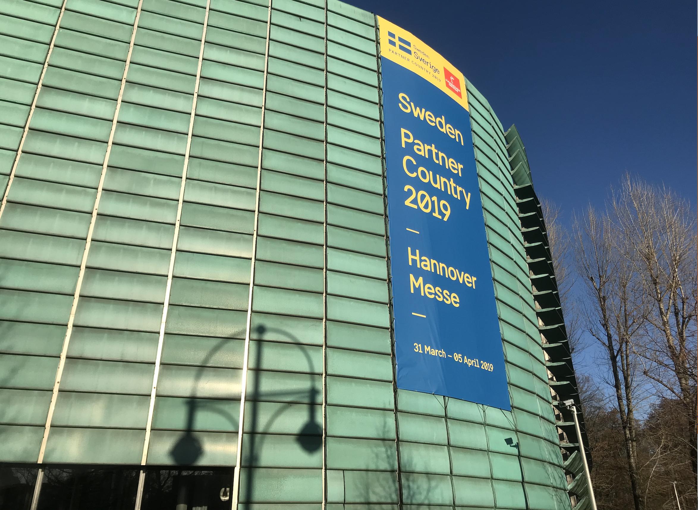 De skandinaviska ländernas ambassader är inrymda i samma byggnad, just nu Hannoverflaggad!