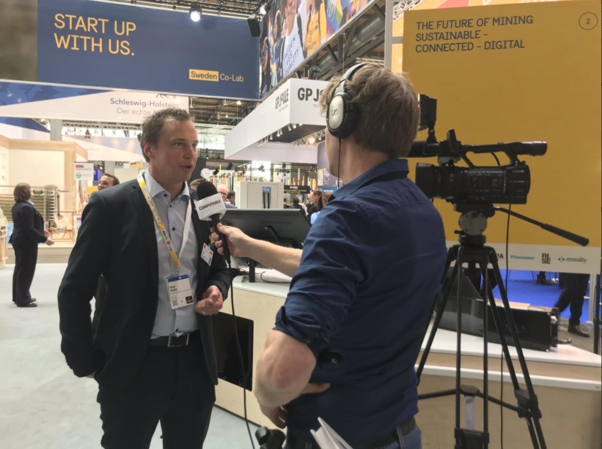 Peter Wallin blir intervjuad i Hannover