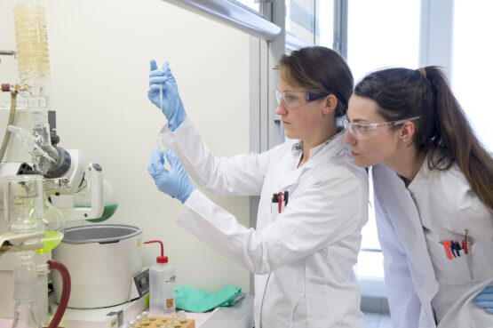 Två personer i kemiskt laboratorium