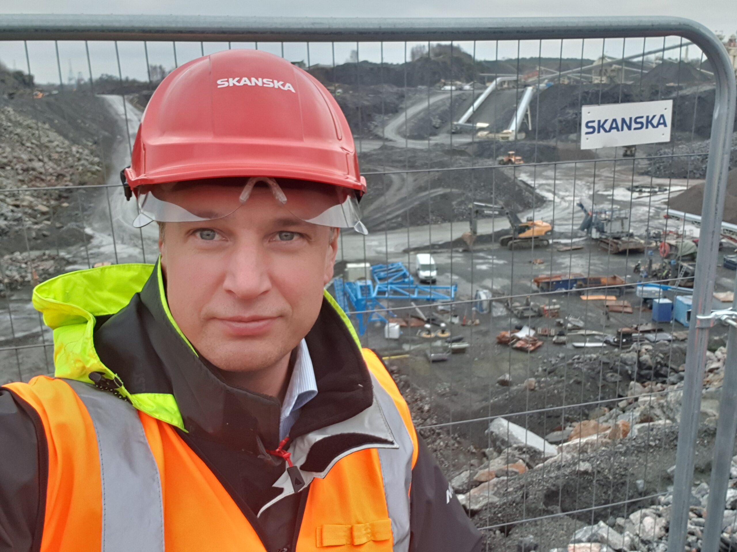 Peter Wallin i bygghjälm hos Skanska