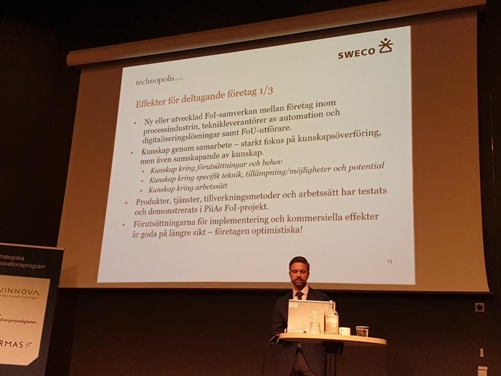 Jonas Hugosson presenterar på det publika utvärderingsmötet