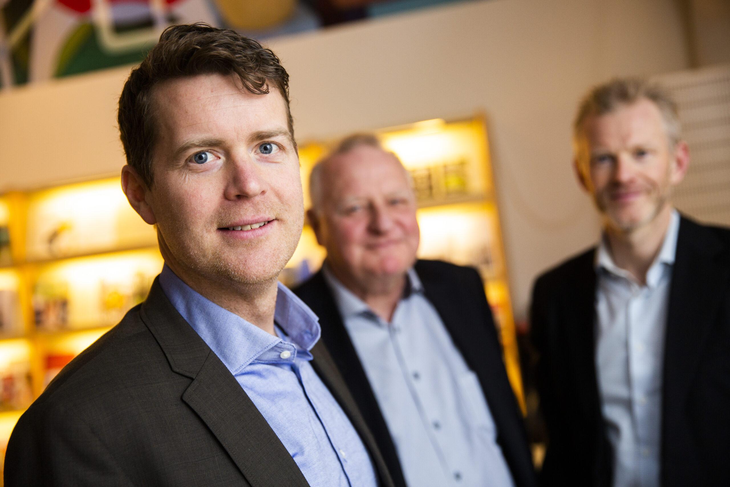Foto med Johannes Holmberg i förgrunden. I bakgrunden står Carl Johard och Magnus Viström