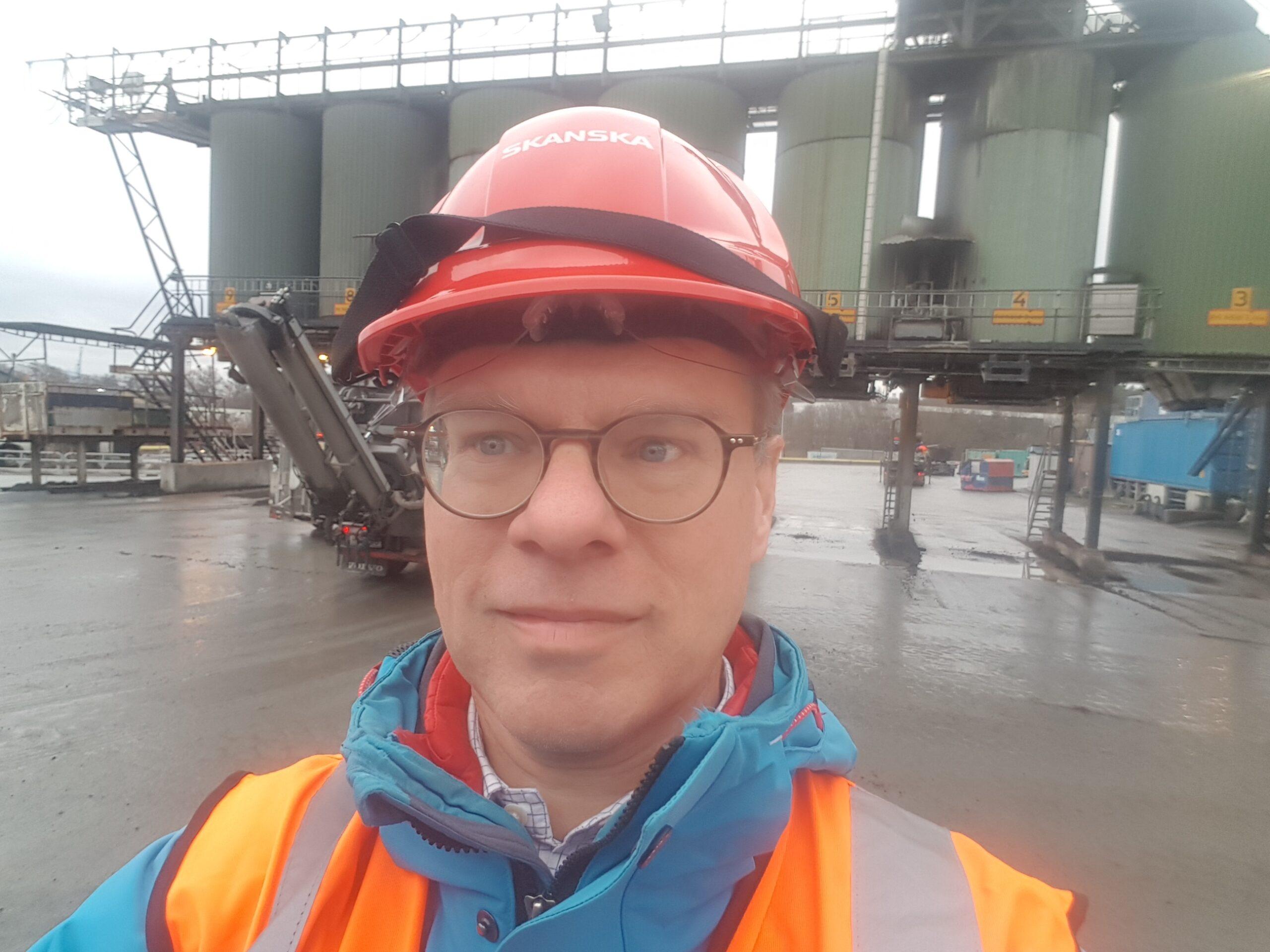 Jakob Axelsson iförd skyddshjälm på en anläggning