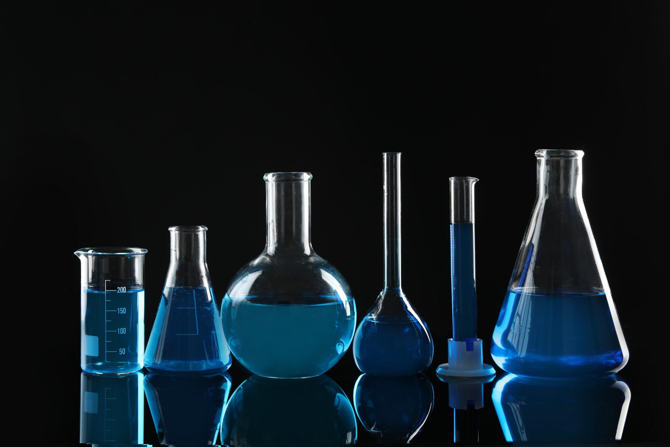Laboratorieglas med blå vätska i