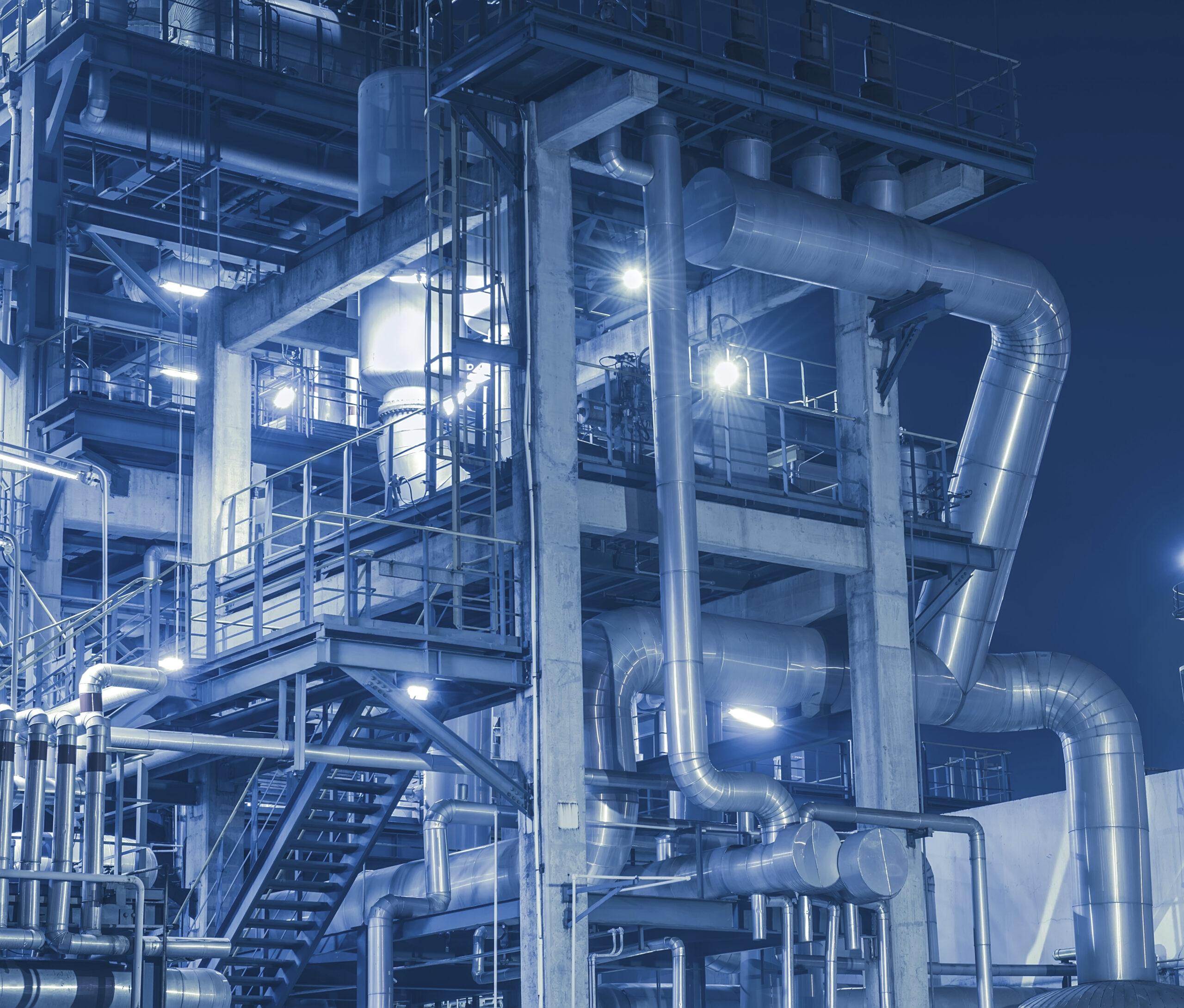 Blåtonat foto av ett raffinaderi