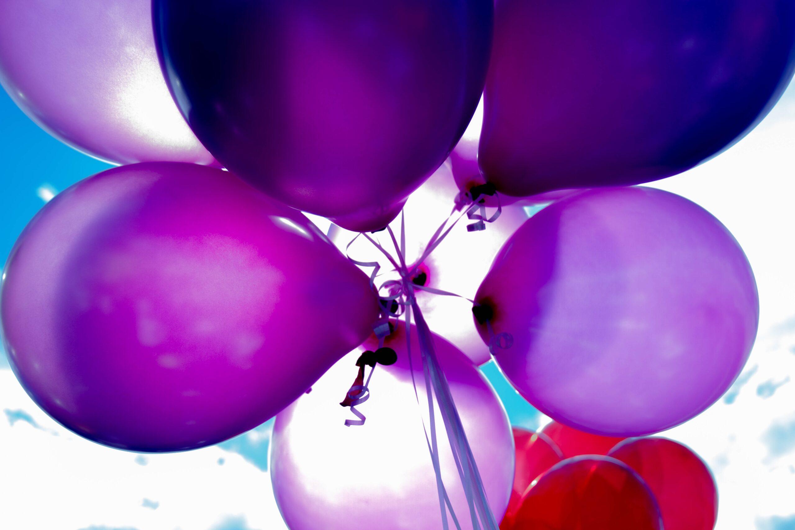 Lila ballonger mot blå himmel